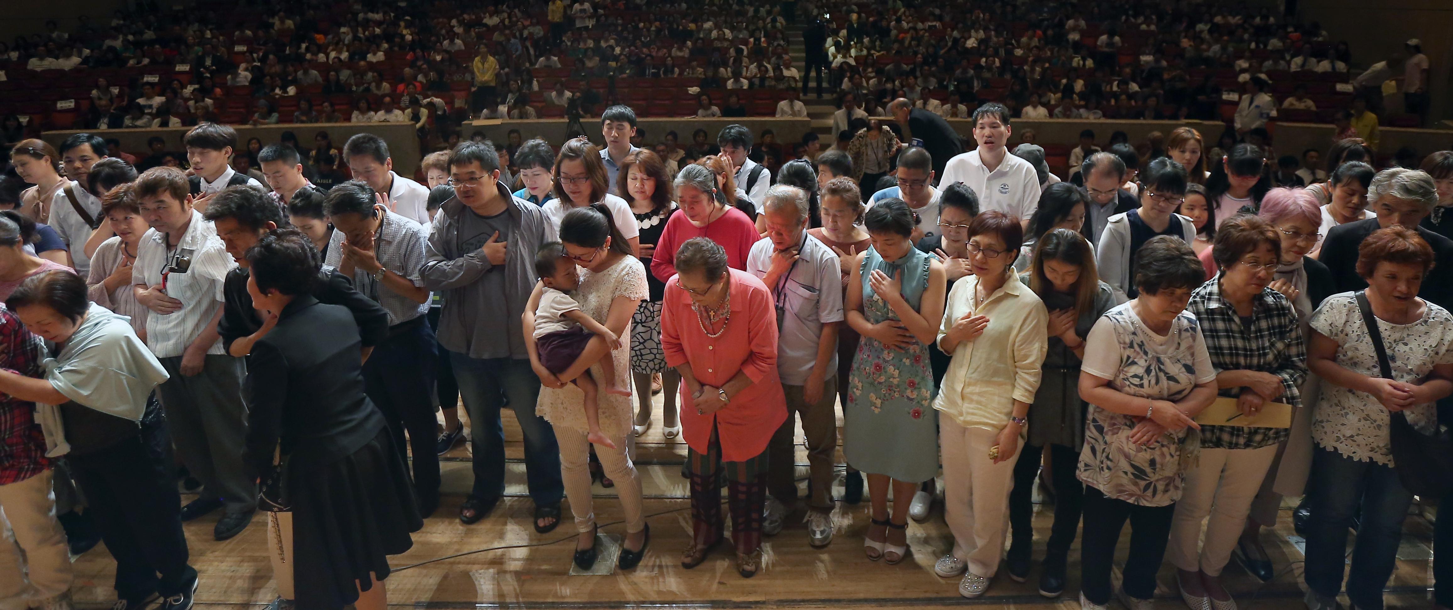 決心の祈りの招きに応じて講壇に上がった人々