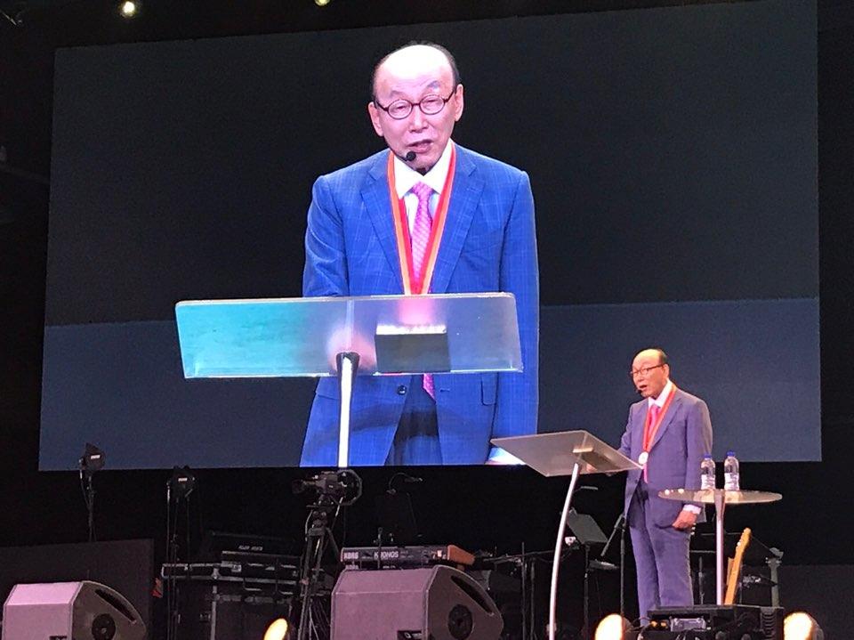 英語でメッセージを力強く伝えるチョウ・ヨンギ牧師