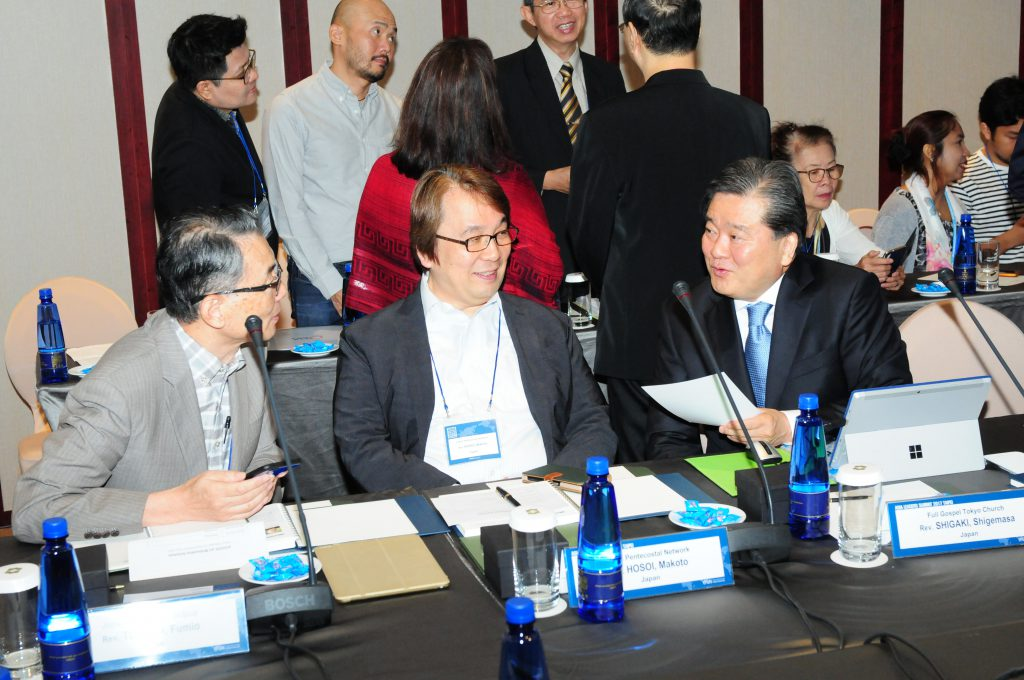 日本の牧師たちと談笑する志垣担任牧師