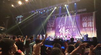 熱い賛美を捧げる会衆と現地賛美チーム